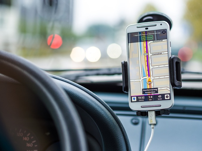 car-with-gps.jpg  CC0 Public Domain, https://pixabay.com/en/navigation-car-drive-road-gps-1048294/